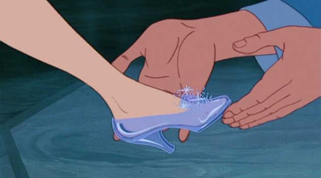 靴はガラスではなかったという噂もあるよね